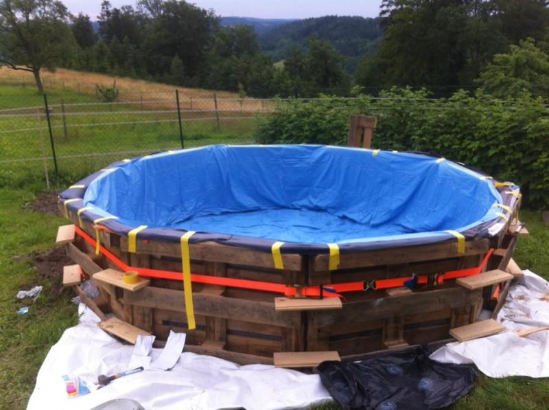 dieser pool wurde aus alten paletten gebaut. Black Bedroom Furniture Sets. Home Design Ideas
