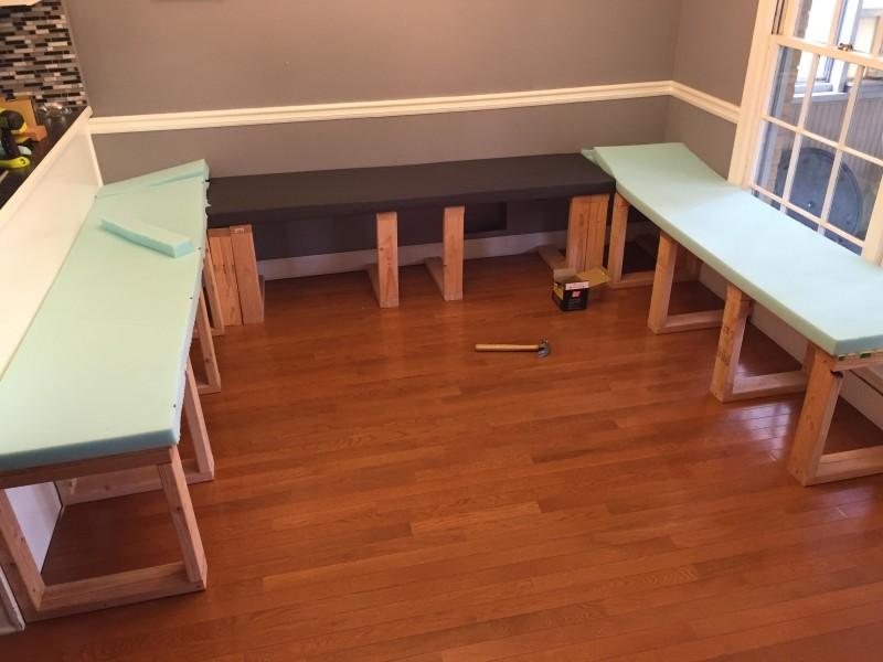 statt normaler esstischgarnitur baut diese familie individuelle essecke. Black Bedroom Furniture Sets. Home Design Ideas