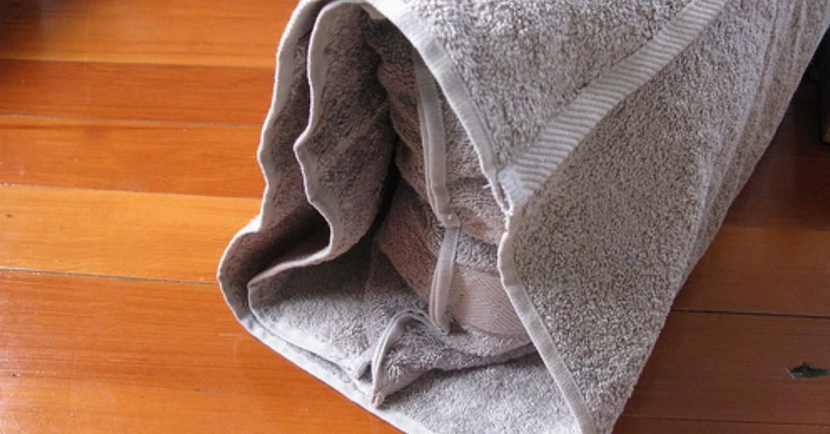 2 in 1 ein handtuch mit eingebauter tasche. Black Bedroom Furniture Sets. Home Design Ideas