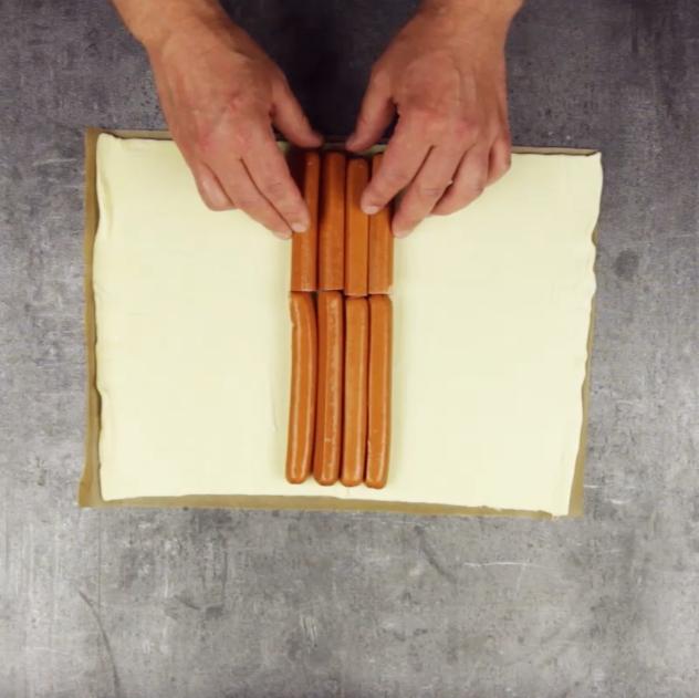 hot dog der anderen art gebettet und geflochten in bl tterteig. Black Bedroom Furniture Sets. Home Design Ideas