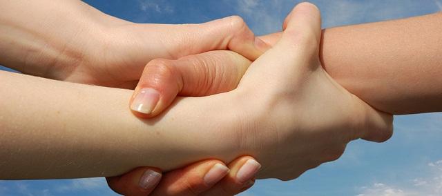 14 Körpersprachen-Tricks machen dich bei anderen beliebt.