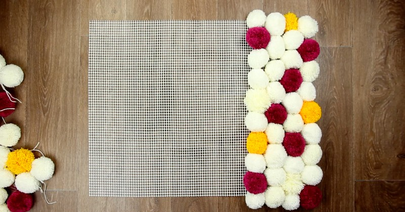 flauschig bastle aus klopapierrollen und wolle einen bommelteppich. Black Bedroom Furniture Sets. Home Design Ideas
