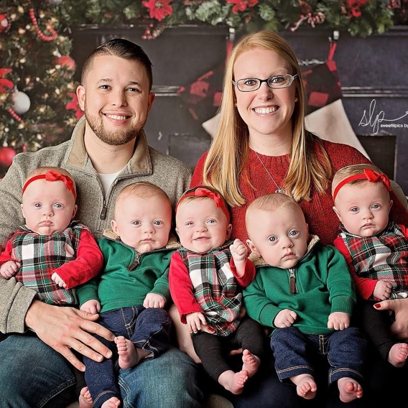 Weihnachtsfotos: Paar bekommt Fünflinge nach langem Kampf.