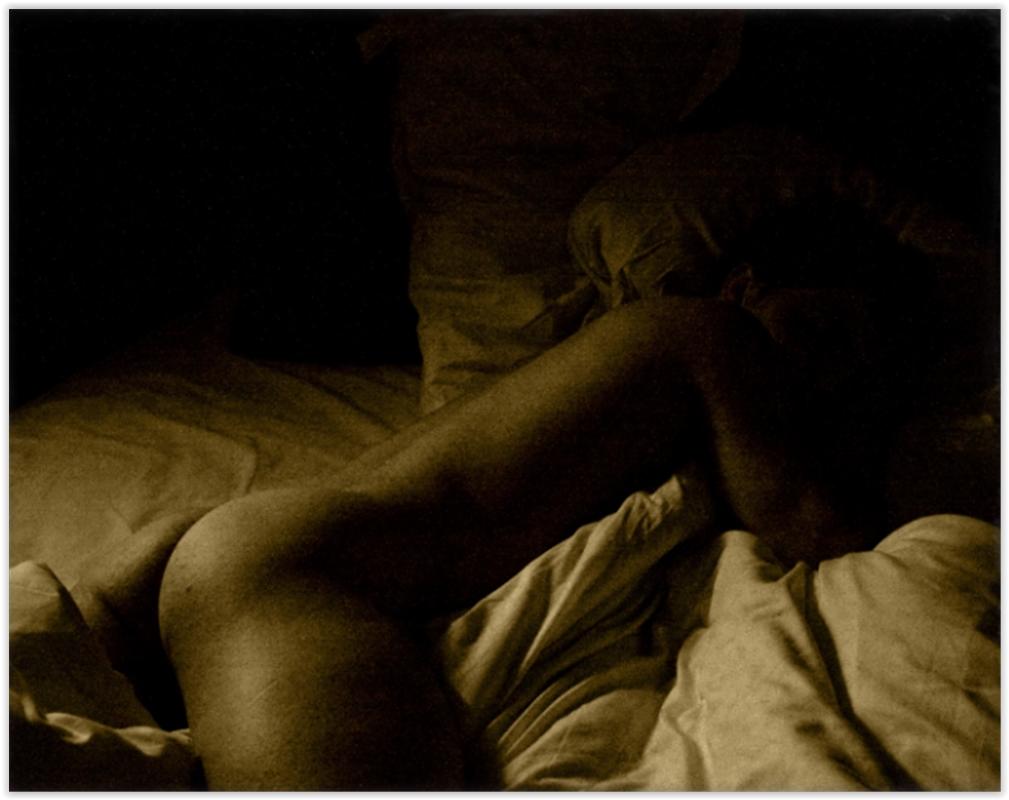 mädchen liegt im bett nackt
