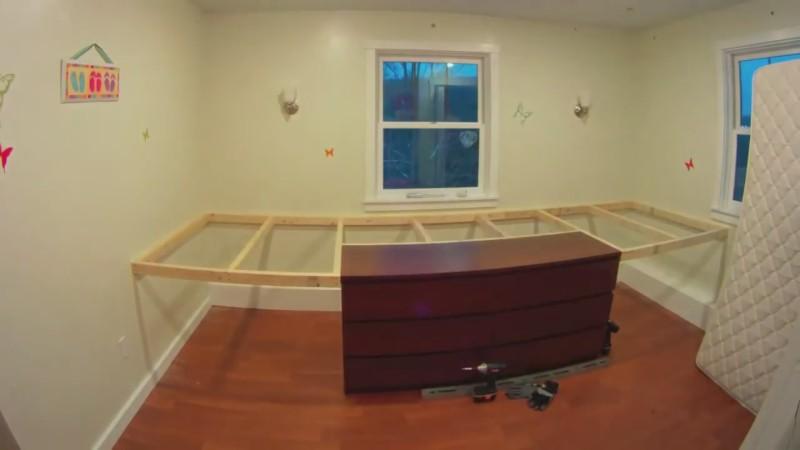 Familienvater verwandelt Kinderzimmer in Baumhaus.