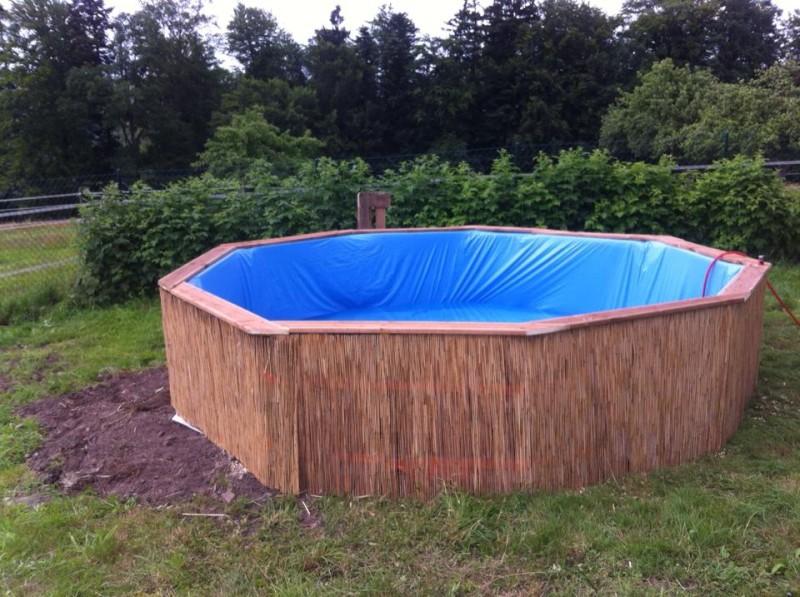 Very Dieser Pool wurde aus alten Paletten gebaut. KM54