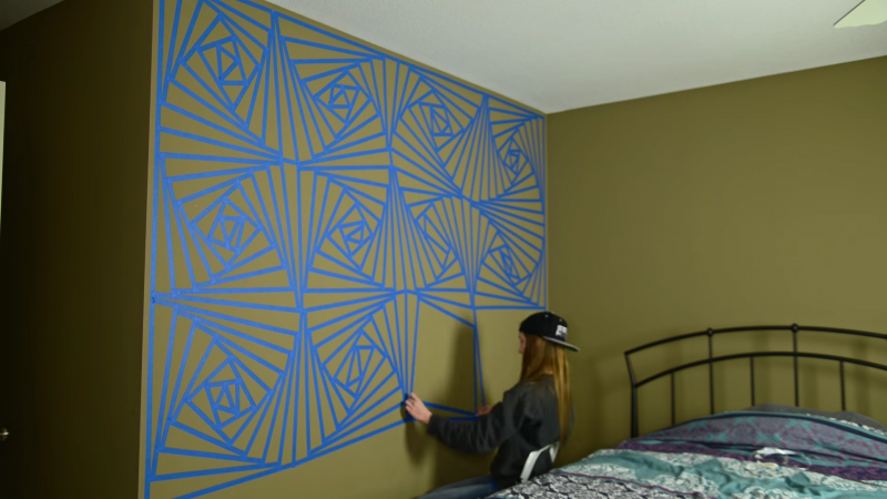 Wandgestaltung Mit Klebeband purer wahnsinn: mädchen gestaltet wand in aufwändigem geometrie-muster.