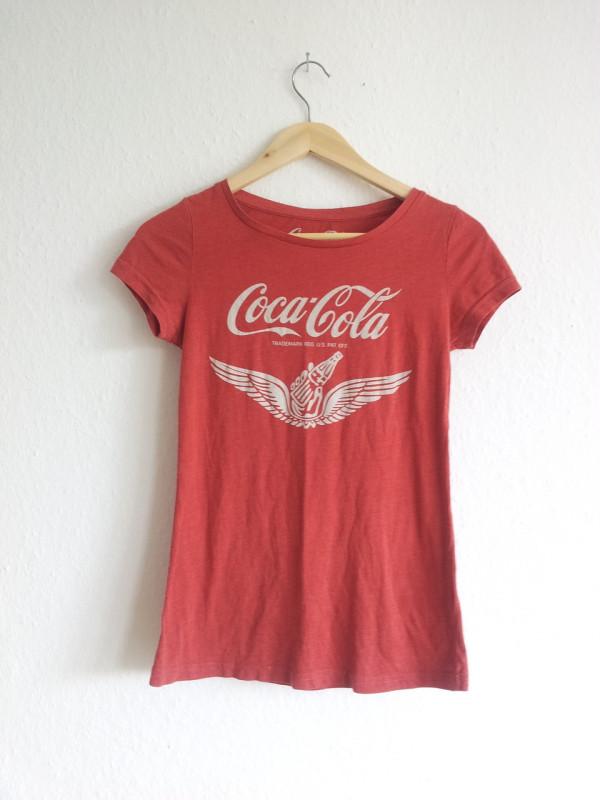 Aus altem Shirt wird kuschelige Kissenhülle. Ganz ohne Nähen!